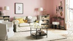 """Wohnzimmer mit EKTORP 2er-Sofa mit Bezug """"Tygelsjö"""" in Beige, Tisch, Aufbewahrung, Textilien und Beleuchtung. Ergänzt wird die Einrichtung durch sehr persönliche Dekorationsgegenstände."""
