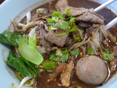 Thai Cuisine and Culture: Boat Noodles - History Noodle Recipes, Thai Recipes, Asian Recipes, Soup Recipes, Thai Boat, Thai Noodle Soups, Boat Noodle, Cambodian Food, Thai Street Food