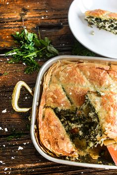 Spanakopita is one of the five most famous Greek foods worldwide, among the Greek salad, mousakka, souvlaki and tzatziki. Quiche, Famous Greek Food, Healthy Dishes, Tasty Dishes, Spanakopita Recipe, Vegetarian Recipes, Cooking Recipes, Greek Cooking, Greek Dishes