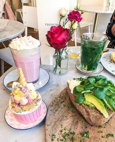 Hotspot Utrecht: De gerechten van Frenchie Café Utrecht zijn haast te mooi om op te eten. Eten in Utrecht. #hotspot #utrecht #lunch #eten #roze #frenchie #cafe #avocado #avocadotoast Utrecht, Rotterdam, Breakfast Photo, Cute Cafe, Avocado Toast, Coffee Shop, Netherlands, Lunch, Restaurant