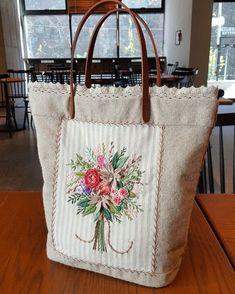 엔틱 플라워부케 토드백~~ 레이스를 더해주니 ㅋㅋ^^ 로맨틱~~♡♡ . #프랑스자수 #자수 #수놓기 #자수토드백 #플라워부케 #frenchembroidery #embroidery #자수스타그램 www.moonquilt.co.kr 네이버에서… Embroidery Bags, Embroidery Stitches, Brazilian Embroidery, Sewing Art, Fabric Bags, Diy And Crafts, Reusable Tote Bags, Purses, Vintage