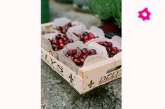 Aqui, a noiva ofereceu caixinhas de madeira com cerejas para os convidados levarem pra casa.