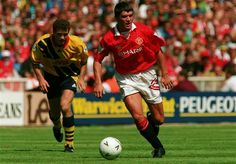 Man Utd 1 Arsenal 1 (5-4 pen) in Aug 1993 at Wembley. Roy Keane on the ball for United in the Charity Shield.