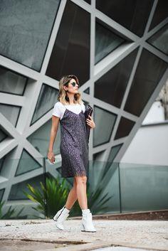 Look Carol Tognon na Semana de Moda de São Paulo: vestido com a t-shirt junto e nele temos duas grandes tendências: sobreposição de peças e cor metalizada, completando o look com uma bota branca Fast Fashion, Fashion 2020, Womens Fashion, Moda Hipster, White Ankle Boots, Camisa Formal, Vestido Casual, Dress Up, Shirt Dress