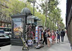 Un kiosque à journaux/a news stand