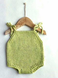 This Pin was discovered by Tar Knitting For Kids, Baby Knitting, Crochet Baby, Diy Baby Gifts, Baby Crafts, Handmade Baby, Handmade Clothes, Knitted Baby Clothes, Baby Knits