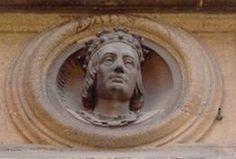 reine roi et dauphin Médaillons scultpés d'Anne de France (de Beaujeu, de Bourbon) fille de Louis IX, et de Pierre de Bourbon son époux, regardent la rue près du chateau ducal de Moulins.