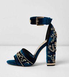 f0216f0a0e9b6f Sandales en velours bleues ornées à talons carrés - River Island - 90€   Promheels