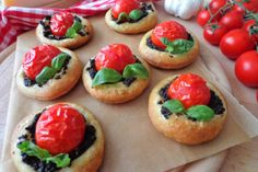 Le pizzette di sfoglia con pomodorini e crema di olive nere sono degli stuzzichini davvero molto saporiti e gustosi ma semplicissimi da realizzare. Ecco la ricetta
