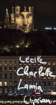 """Lyon s'illumine pour les victimes des attentats """"C'est dur mais c'est beau"""", pour ce """"8 décembre particulier"""": Pauline, comme des milliers de Lyonnais, a aligné des lumignons à sa fenêtre lors d'un hommage aux 130 morts des attentats de Paris, qui a remplacé cette année la traditionnelle Fête des lumières."""