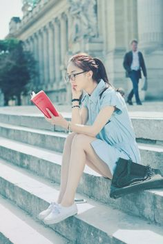 I love it when I see a girl reading a book that I like