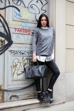 Un #look molto semplice, ma reso più interessante dal #maglione grigio con le #frange, con i pantaloni in #eco-pelle, camicetta bianca e #stringate maschili. #fashion