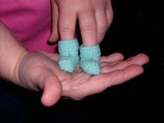 Tiny Preemie Baby Booties - Free Pattern http://www.p2designs.com/images/patterns/DennysJordansSet.html