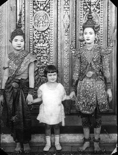 5 year old Nicole Groslier, George Groslier's daughter with two Cambodian royal dancers. Padi Diving, Scuba Diving, Old Photos, Vintage Photos, Vintage Portrait, Khmer New Year, Cambodian People, Cambodia Beaches, Khmer Empire