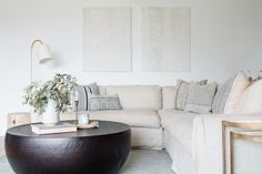 A Bright And Minimal Laguna Beach Home Tour That Emphasizes Texture And The Power Of Marble - Emily Henderson #moderntraditionalhome #interiordesign #interiors Paint Colors For Living Room, Living Room Decor, Living Rooms, Best Interior, Interior Design, Futon Sofa, Couch, Decorating Small Spaces, Cottage Homes