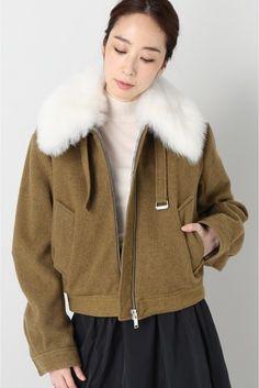 TOPSHOP UNIQUE ファー付きボンバージャケット  TOPSHOP UNIQUE ファー付きボンバージャケット 73440 ホワイトファーの衿が目を引くブルゾン ファーは取り外し可能でコーディネートによって変化をつけていただけます 裏地はキルティング生地を使用し真冬にも対応出来る暖かい一着に ややオーバーサイズながらもショート丈で女性が着易いサイジングも嬉しいポイント TOPSHOP UNIQUE(トップショップ ユニーク) クリエイティブディレクター ケイトフェランKate Phelanが手がけるトップショップ TOPSHOPのプレミアライントップショップ ユニークTOPSHOP UNIQUE デザインはデザインチームで行っておりロンドンファッションウィークではランウェイ形式でコレクションを発表している 2016リゾートコレクション ソーホーのデカダンスな夜の世界を旅します 上品で茶目っ気あるエッセンスを基にドレスアップしたワードローブはリゾートコレクションに新鮮な興奮を吹き込みます モデルサイズ:身長:167cm バスト:77cm ウェスト:56cm…