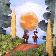O artista brasileiro William Kass deve ter levado alguns puxões de orelha de sua mãe, mas brincar com a comida o levou além. A berinjela toma a forma deuma grande baleia, enquanto que o ovo frito é um belo sol. Morangos são transformados em cabanas e pepinos se mostramverdadeirosaviões. É assim que funcionam os mundos paralelos que o ...