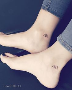 Matching Micro Tattoos by Juan Blat<br> Juan Blat is a tattoo artist based in Valencia, Spain whose specialty is simple and adorable micro tattoos but he also creates larger and intricate… Cousin Tattoos, Friend Tattoos Small, Sibling Tattoos, Mom Tattoos, Siblings Tattoo For 3, Tatoos, Tattoos About Family, Small Tattoos For Sisters, Three Sister Tattoos