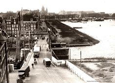 1938 - 1940. A view of the Prins Hendrikkade in Amsterdam. On the left the Kikkerbilssluis and behind the sluice the Kalkmarkt. Photo Stadsarchief Amsterdam. #amsterdam #1940 #PrinsHendrikkade