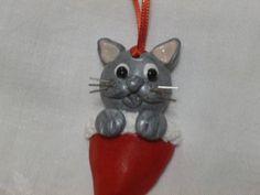 Suspension de Noël-chat dans le bonnet du Père Noël