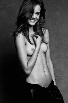 Monika Jagaciak nue et hilare enlace son adorable poitrine pour Patrick et Victor Demarchelier - Photo 002 #MonikaJagaciak