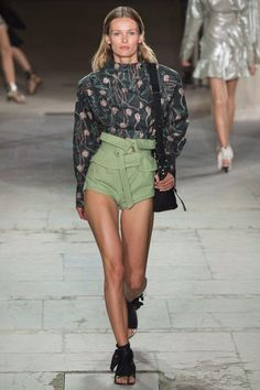 See all the Collection photos from Isabel Marant Spring/Summer 2017 Ready-To-Wear now on British Vogue Fashion Mode, Fashion 2017, Runway Fashion, Fashion News, High Fashion, Fashion Show, Fashion Outfits, Fashion Design, Fashion Trends