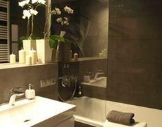 Łazienka z grafiką w roli głównej - zdjęcie od VERSIGN Studio Projektowania Wnętrz