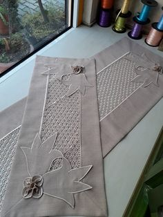Bulunmaktadır Crochet Patterns Filet, Filet Crochet, Burlap Table Runners, Quilted Table Runners, French Country Tables, Border Embroidery Designs, Cushion Cover Designs, Crochet Dollies, Fabric Boxes
