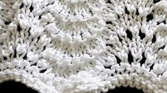 Ponto Pavão Lace Knitting, Knitting Stitches, Knitting Patterns Free, Knit Crochet, Crochet Edging Patterns, Stitch Patterns, Crochet Flower Headbands, Knitted Baby Blankets, Knitting Videos