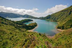 Take this opportunity to visit the two most important islands of the archipelago of the Azores, with an exclusive price. The price includes the flights from Boston to Ponta Delgada and Terceira Island and accomodation on hotels in both. Lonely Planet, Ponta Delgada, Le Cap, Destinations, Cape Verde, Nature Water, Azores, Tropical Vibes, Blog Voyage