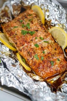 The best Honey, Garlic, and Lemon Baked Salmon in foil that takes less than 20 minutes and is packed with flavor! Healthy, Paleo-friendly, and super delicious. Salmon Dishes, Seafood Dishes, Seafood Recipes, Ww Recipes, Cooking Recipes, Recipies, Dinner Recipes, Low Carb Brasil, Fish Dinner