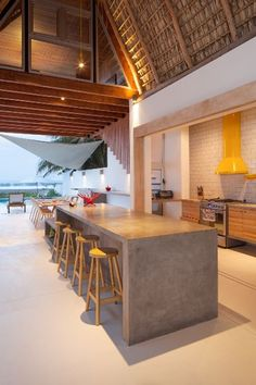Casa de playa en un rancho de diseño: barra de desayunos