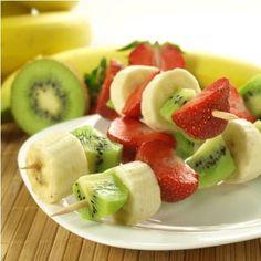 #merienda Hacer pinchos de frutas es una opción saludable para que los niños logren comer varias frutas al mismo tiempo. Aportan color y diversión al desayuno.: