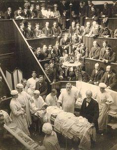 Vincenz Czerny (1842-1916) con el Dr. Levi Cooper Lane en el anfiteatro quirúrgico en Cooper Medical College de Stanford Medical History Center 1901