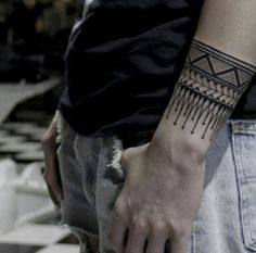 33 Cool Small Wrist Tattoos For Guys – Wrist Designs Armband Tattoo, Bracelete Tattoo, Sexy Tattoos, Body Art Tattoos, Tribal Tattoos, Cool Tattoos, Polynesian Tattoos, Tatoos, Wrist Tattoos For Guys