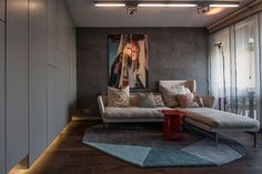 """""""Одна из стен гостиной полностью отдана под системы хранения: шкафы с легкими серыми фасадами. Прекрасная черта – шкафы навесные, они не стоят на полу, что их значительно облегчает визуально: это дополнительно подчеркнуто подсветкой снизу."""""""
