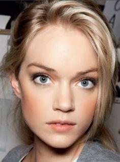 peachy. Very pretty neutral makeup.