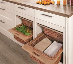Výsuvné ratanové koše chrání v částečně otevřené kuchyni uložené věci a potraviny před prachem.
