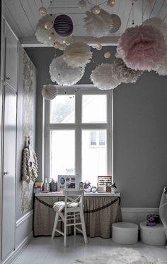 barnrum-med-pompoms-och-ljusslingor-i-taket