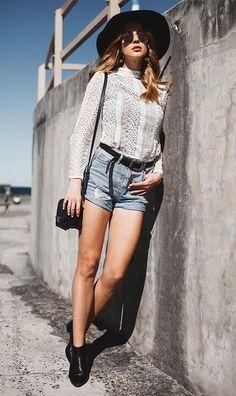 A renda é uma ótima aliada pra deixar seu jeans mais elegante e a ankle boot de salto finaliza o look de maneira cool e chic.