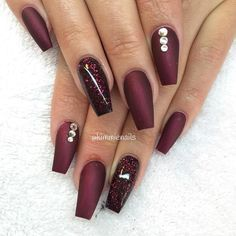 Black cherry (matte) & red/violet glitter Coffin Nailz