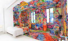 O artista Tilt criou um quarto onde metade dele é branco e a outra metade grafitada dentro do hotel francês Vieux Au Panier.
