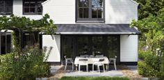Luxaflex zonnescherm, knikarm of terrasscherm. Hoe je het ook noemt... mooi en ook nog fijn om onder te zitten.