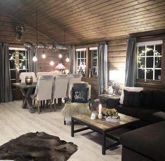Furuvanghytta - en hytte med nytt og gammelt - Hyttebloggen.no - for deg som er interessert i hytte Dining Table, Cabin, Live, Furniture, Home Decor, Homemade Home Decor, Diner Table, Dinning Table Set, Cabins
