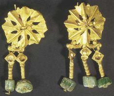 Gold Earrings of rosette Plates Terminating in Uncut Emeralds. Byzantine Jewelry, Ancient Jewelry, Roman Jewelry, Rosettes, Archaeology, Candle Sconces, Gold Earrings, Arts And Crafts, Jewels