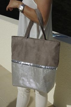 Best 12 Tote bag silver sequined band synthetic leather pearl gray and silver – SkillOfKing. Coin Couture, Couture Sewing, My Bags, Purses And Bags, Sac Vanessa Bruno, Sacs Tote Bags, Diy Sac, Jute Bags, Patchwork Bags