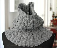 Gider du ikke lange halstørklæder, så er en halsvarmer eller et halsrør et godt alternativ – og hyggelig og hurtig at strikke. Den her er i det blødeste merinould, som med garanti ikke kradser (stol på mig, jeg er HYSTERISK med uld, der bare ser ud, som om det kradser!). Det smukke hulmønster beskrives i strikkeopskriften. Halsvarmer i hulmønster Str.…