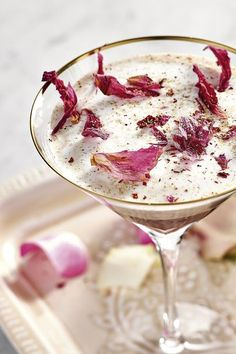 Es ist das Unerwartete, was reizt – wie die Kombination von Kaffee, Cola und Elixier d'Amour: Kalten Kaffee und Cola mit Vanillesirup, Elixier d'Amour und Crushed Ice im Shaker mischen und in ein Glas abseihen. Frisch aufgeschlagenen Milchsaum darauf geben und zur Krönung mit feingeriebener Tonkabohne und Rosenblättern veredeln. #cocktail #cocktailrezept #kirschlikör #likör #kaffee #kirsche Tonka Bohne, Cocktails, Love, Coffee, Cherries, Fresh, Craft Cocktails, Cocktail, Smoothies