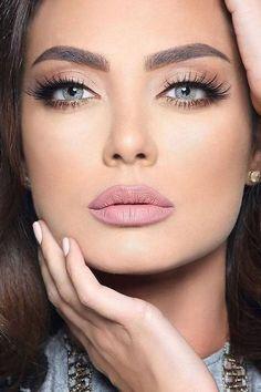 Algunas novias prefieren maquillarse a si mismas en lugar de contratar una maquillista. Estas tendencias y paso a paso te mostrarán cómo pintarse los ojos rápido y en tendencia.
