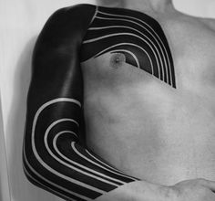 Y las increíbles líneas en este brazo. | 15 Impactantes tatuajes Blackout que parecen casi irreales